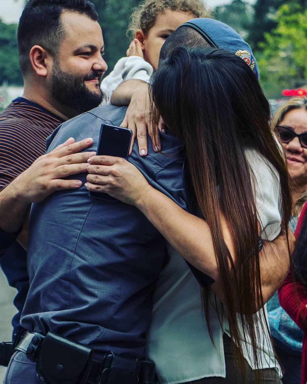 Noiva abraça noivo após 30 dias separados