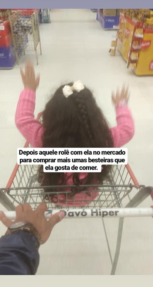 menina carrinho supermercado