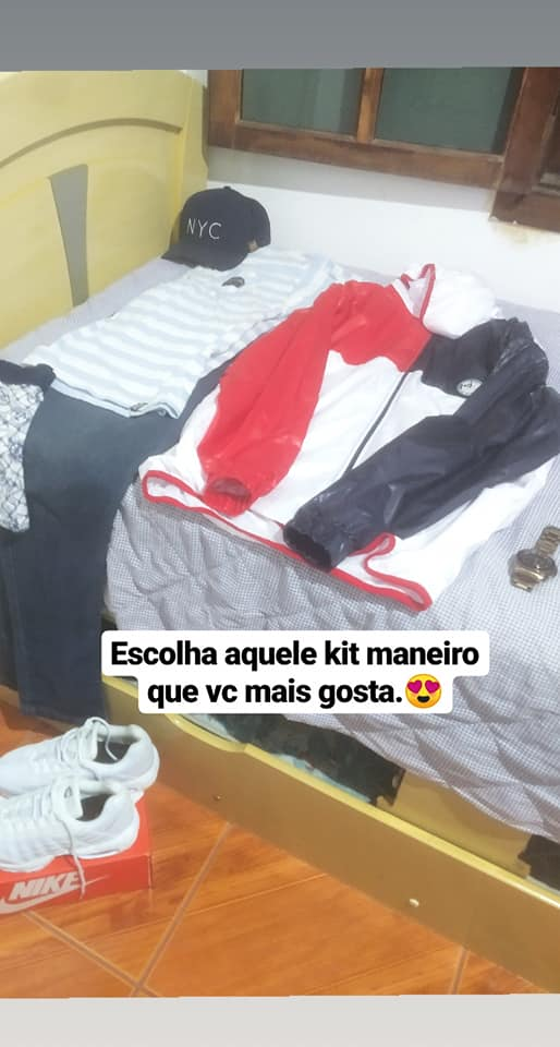 roupas sobre cama