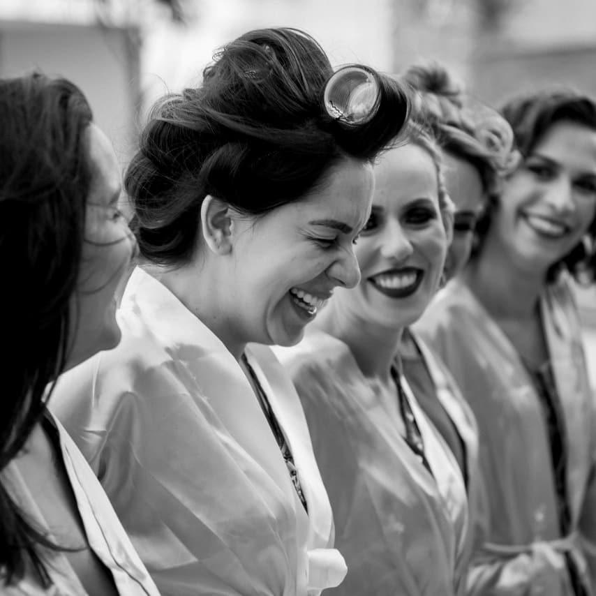 Noiva rindo com as madrinhas