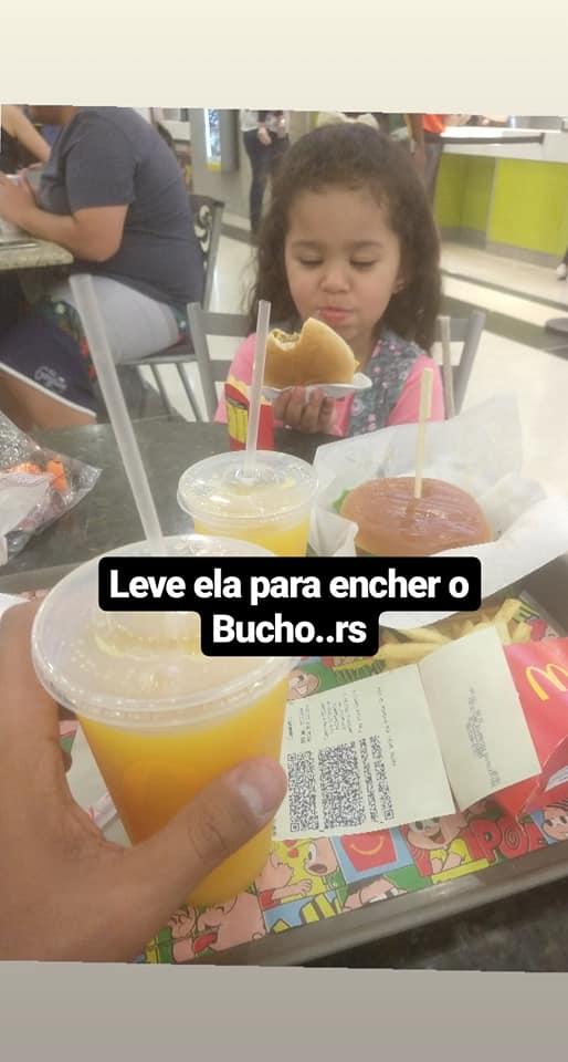 menina comendo hamburger
