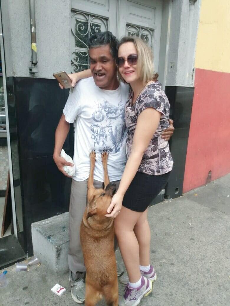 Morador de rua e cachorrinha reencontram família