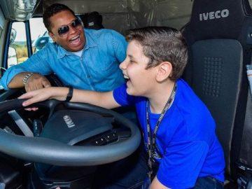 menino segurando volante caminhão Iveco