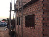 Policiais constroem casa para mulher que cuida das filhas e do pai doente (GO) 1