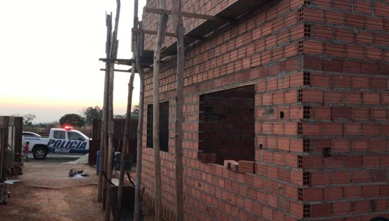 Policiais constroem casa para mulher que cuida das filhas e do pai doente (GO) 2