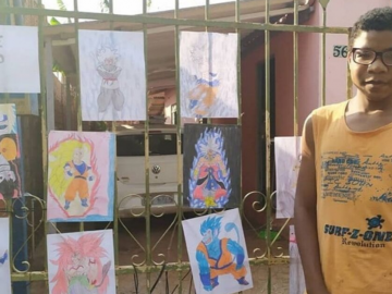 Menino vende desenhos no portão de casa para ajudar a família
