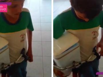 menino vendendo geladinho chorando