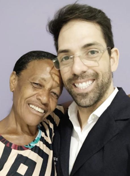 Idosa analfabeta que errava remédios da receita médica ganha sorriso novo de dentista