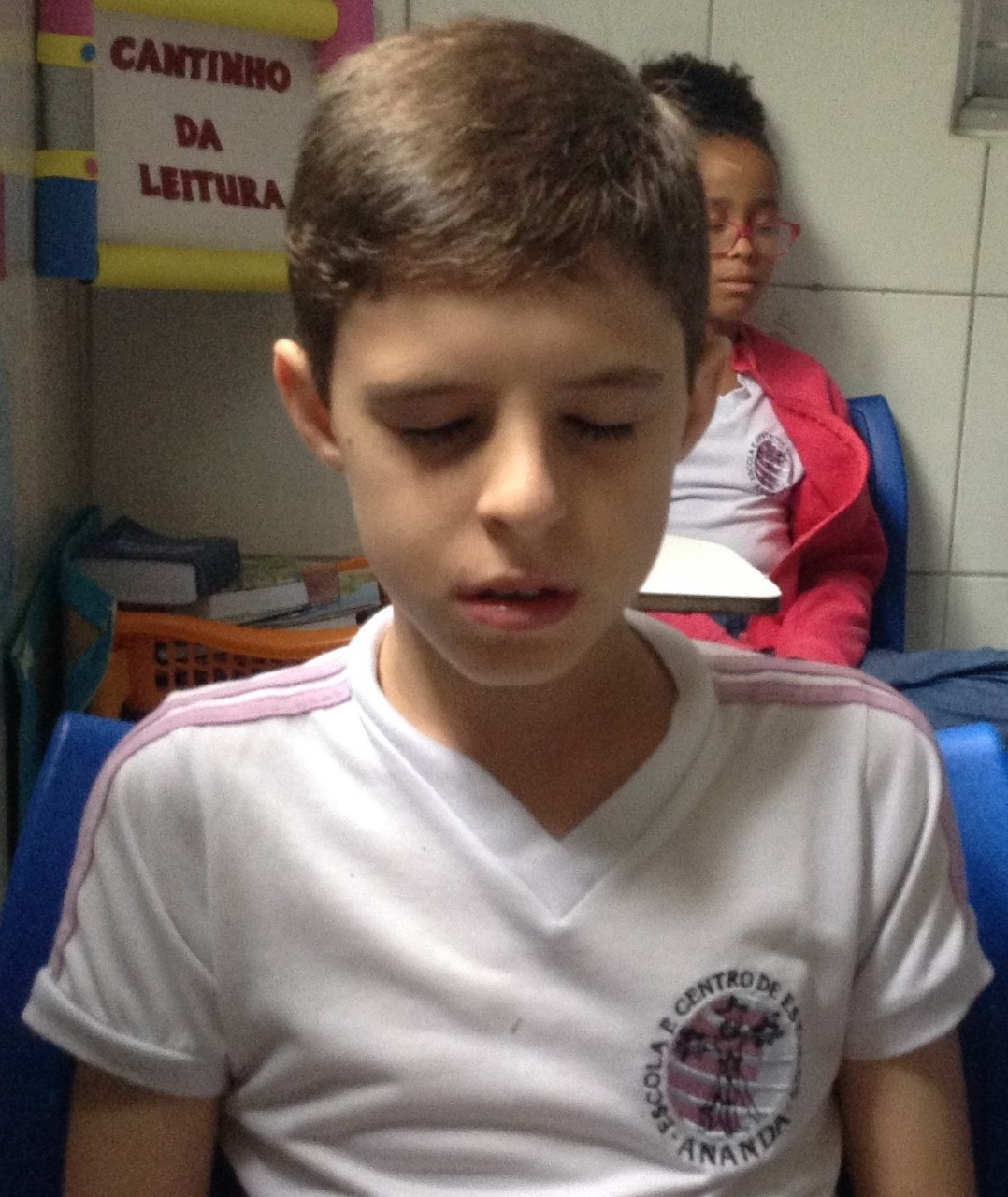 criança praticando meditação escola