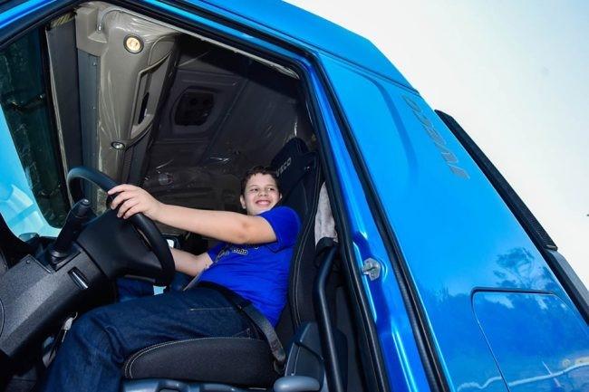 menino dentro caminhão Iveco
