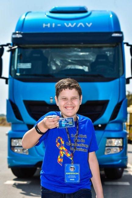 menino em frente caminhão Iveco