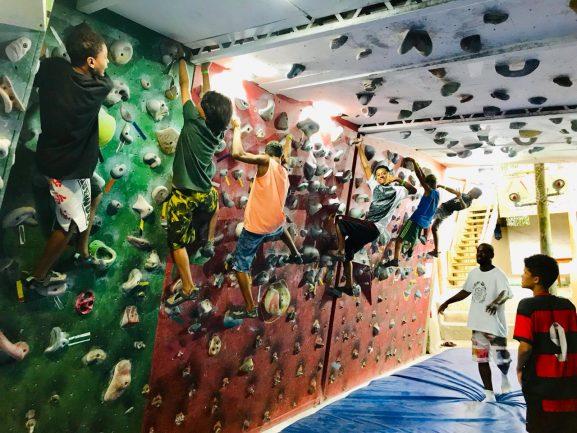 garotos parede escalada