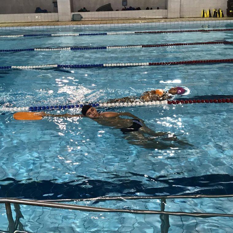 garoto piscina natação