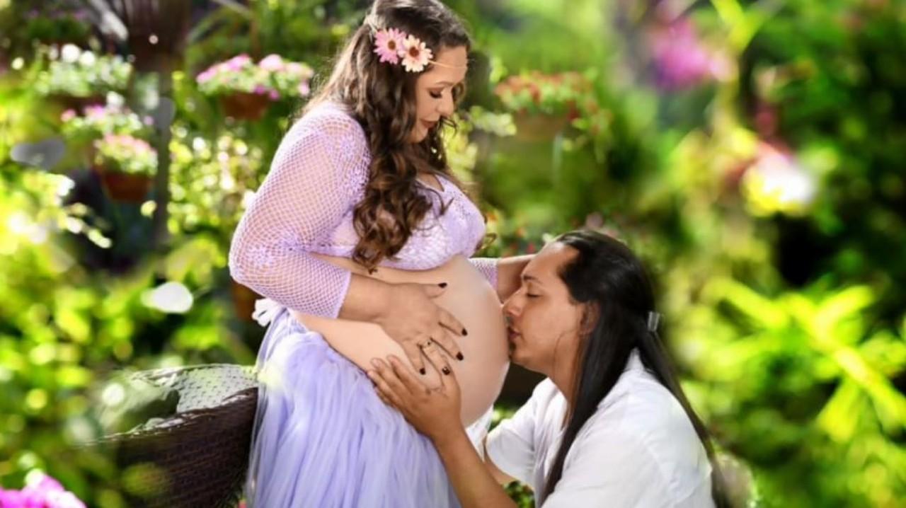 homem beijando barriga mulher grávida
