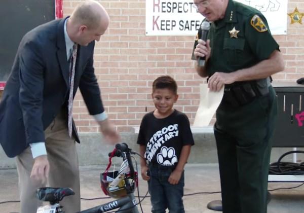 Max é homenageado por policiais após salvar professora em sala de aula