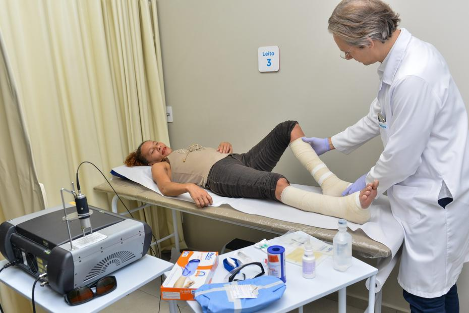 médico mexe perna paciente