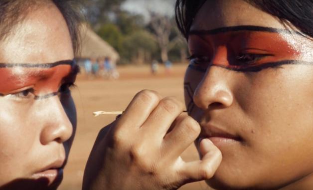 mulher indígena pintando rosto