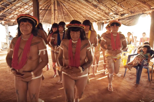 mulheres indígenas dançando