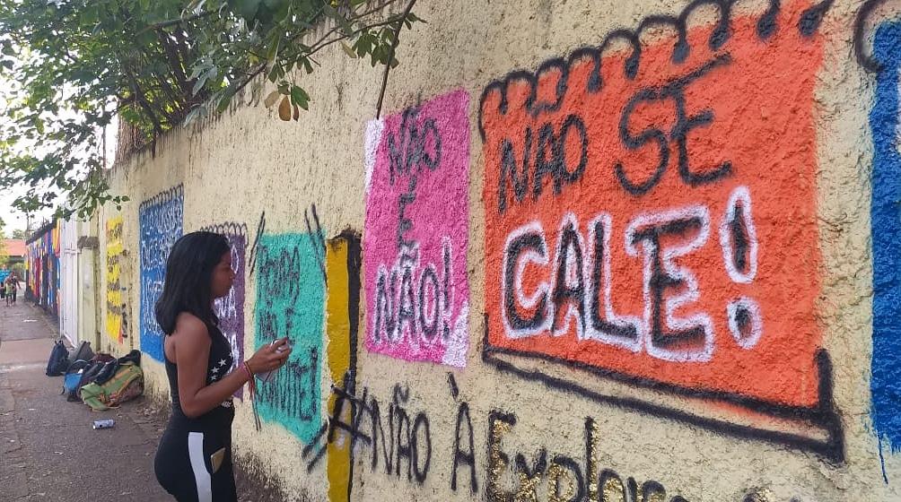 escolas são grafitadas com palavras de ordem contra violência sexual