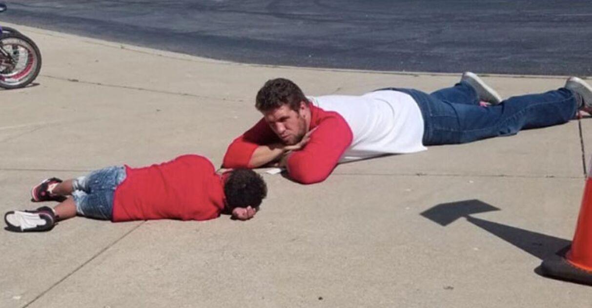 Professor deita no chão aluno com Down após dia difícil