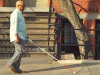 homem cego caminhando rua bengala
