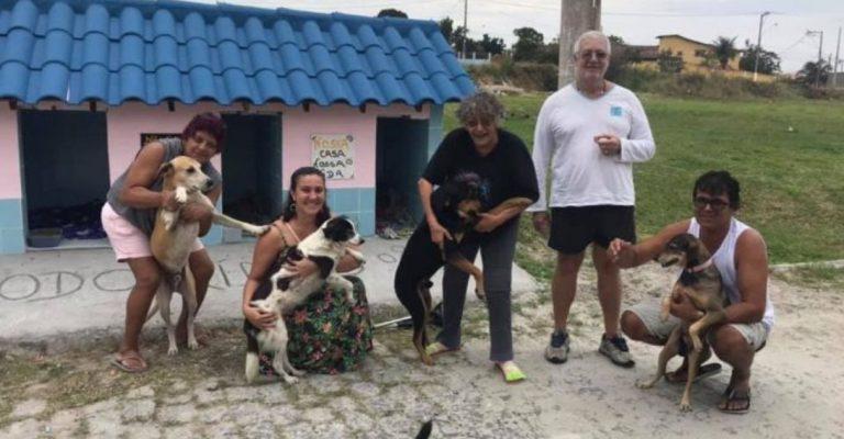 pessoas abraçando cachorros