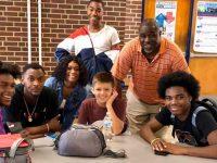 Garoto que sofreu bullying no 1º dia de aula é acolhido pelos veteranos da escola