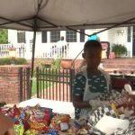 menino doa comida vítimas furacão dorian
