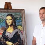 Artista Eduardo Srur expõe obras icônicas feitas com plástico promovidas pela Corona x Parley