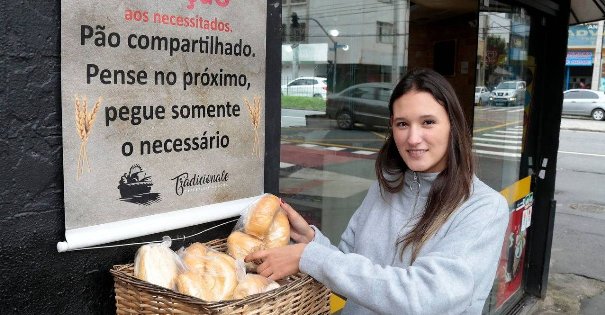 luiza adriano dona da padaria mostra cesto recheado de pães
