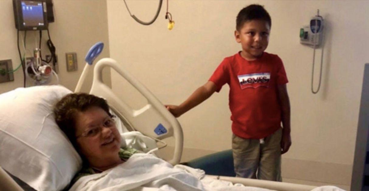Foto mostra Max visitando leito de hospital onde sua professora está internada