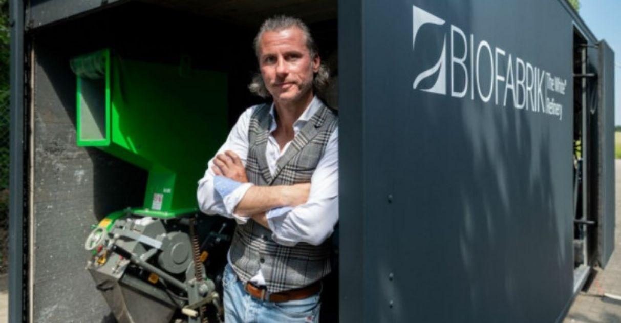 homem máquina recicladora lixo oceano combustível