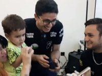 policiais cantam baby shark para criança autista
