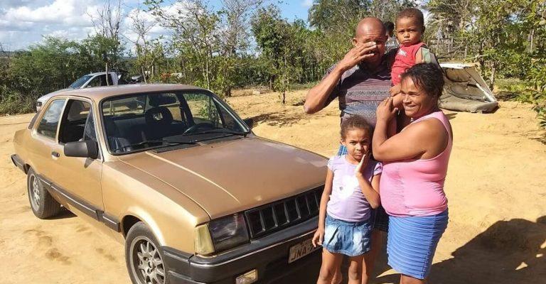 trabalhador autônomo recebe carro de presente ao lado da família após acidente