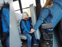 motorista de ônibus escolar conforta criança