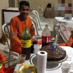 garis participam de festa de aniversário de menino