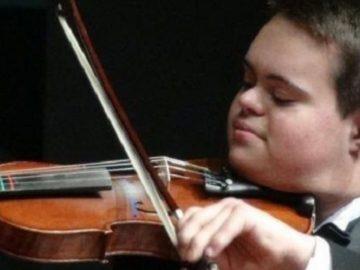 Jovem com síndrome de Down fala 4 idiomas, toca violino e faz palestras ao redor do mundo