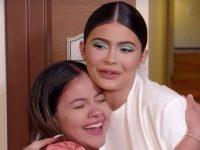 Kylie Jenner faz doação milionáriapara fã que cuida de crianças carentes 3