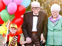 Bisavós Vovôs celebram aniversário neto vestindo ersonagens Up Altas Aventuras