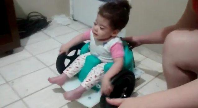 criança em cadeira de rodas especial
