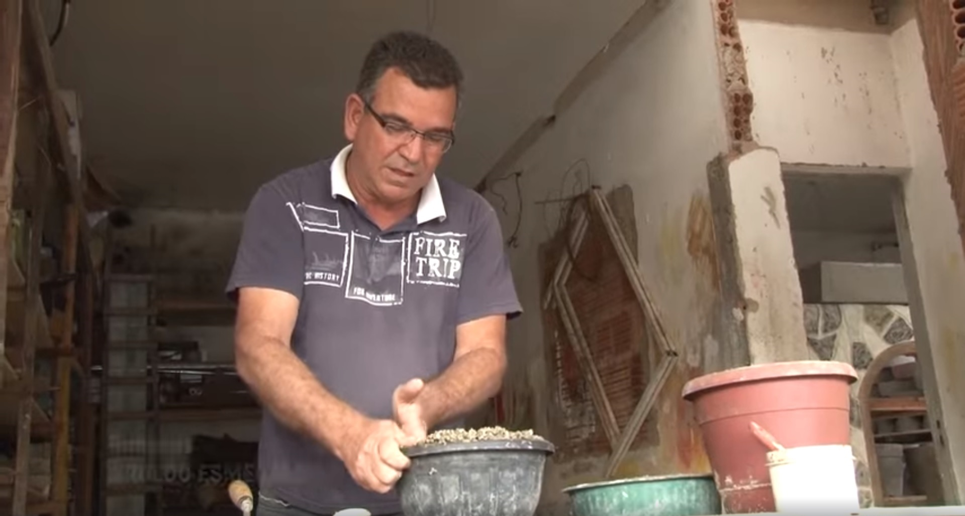 homem fazendo tijolo com isopor