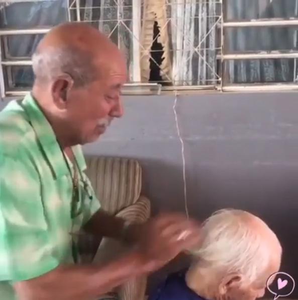 barbeiro massageando cabelo idoso