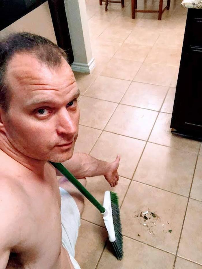 homem varrendo chão