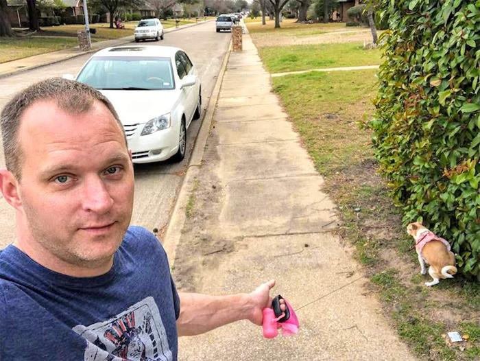 homem passeando cachorro