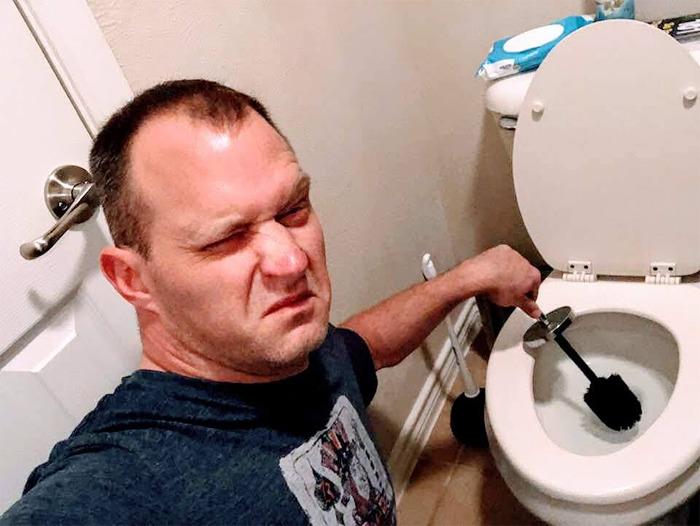homem limpando vaso sanitário
