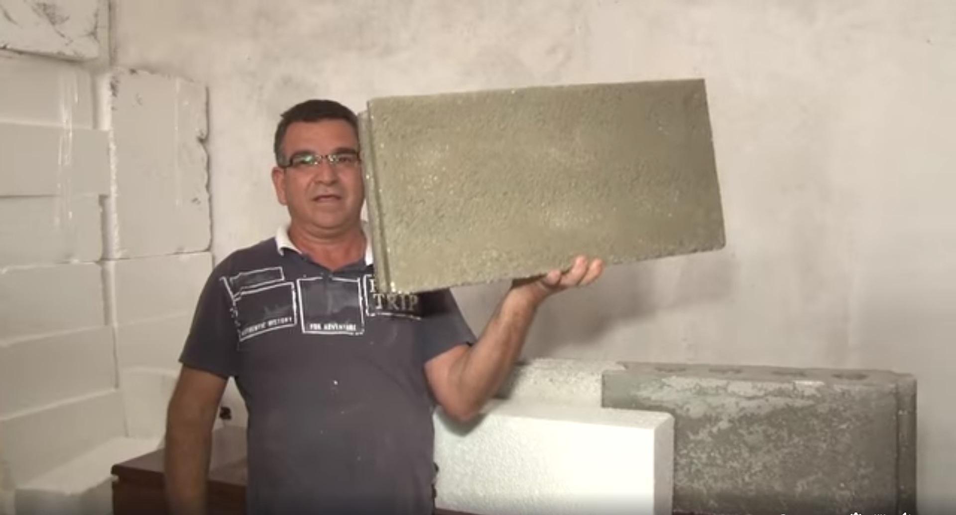 homem levantando tijolo feito isopor