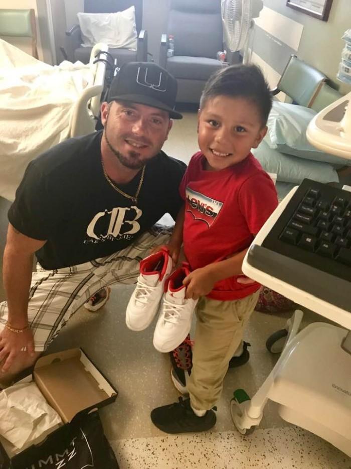 Max e seu pai indo visitar a professora no hospital