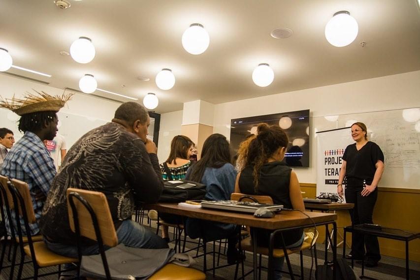 sala aula projeto programação refugiados