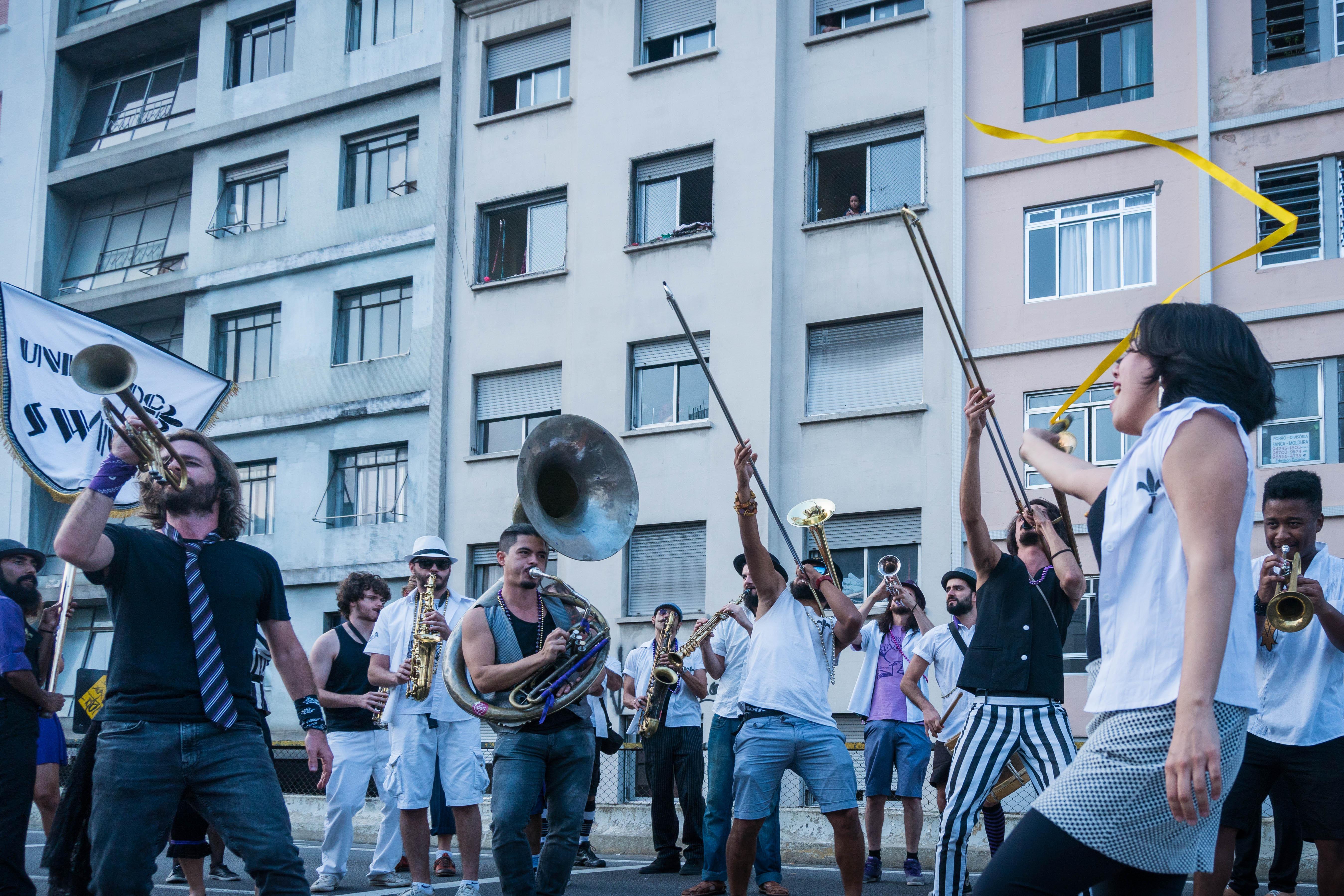 músicos banda fazendo apresentação festival rua