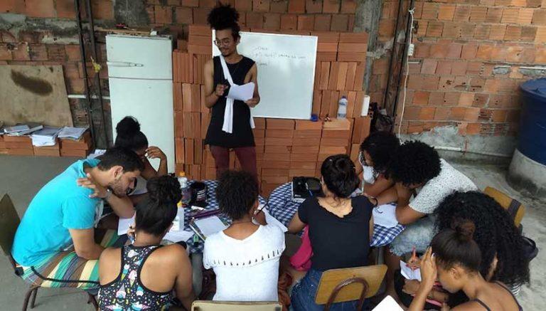Aula improvisada na laje de uma casa no Complexo da Maré